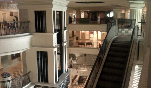 Ini nih lift (elevator) vs eskalator di kantor.