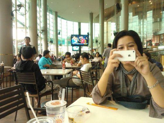 Foto terakhir yang menampilkan si iPhone, difoto oleh maspacar dengan handphonenya.