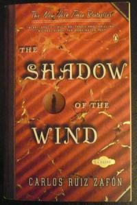 Cover ini persis seperti yang saya punya pertama kali (kemudian saya beli lagi novel ini yang memiliki cover lebih baru, soalnya punya saya terbawa teman dan belum kembali..