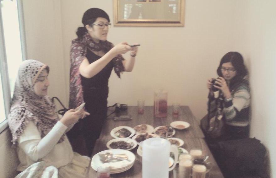 Sebelum makan, foto-foto dulu :D (foto milik RDI)