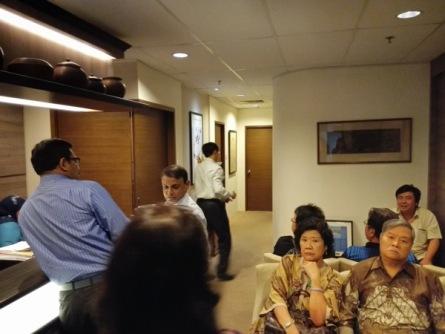 Foto dari arah pintu masuk ruang tunggu, di belakang itu ruang praktek dokter-dokternya