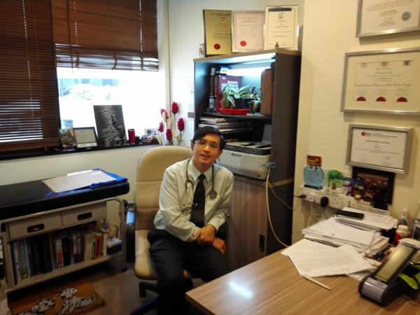 Dokter Roger Tan di ruang periksanya