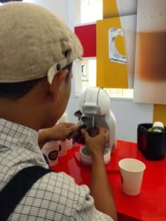Kak Adit lagi menampung dari mesin untuk dipakai membuat Latte Art