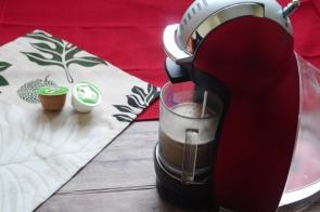 Mengisi gelas dengan kapsul kedua (warna putih)