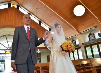 Dari depan, papa saat mengantar saya ke depan altar, di hari pernikahan saya