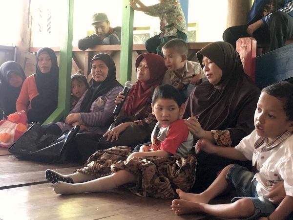 Bertemu dengan para ibu Rehabilitasi Berbasis Masyarakat untuk anak berkebutuhan khusus di Desa Maruyung, Kecamatan Pacet, Kabupaten Bandung